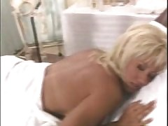 massaging mom : hot milfs porn